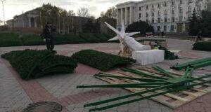 В центре Симферополя начали устанавливать новую новогоднюю елку, - ФОТО