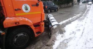 В Ялте снегоуборочная техника работает в круглосуточном режиме