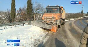 Коммунальщики расчистили от снега Ялтинское шоссе
