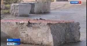 Коммунальщики перегородили керчанам проезд к дому
