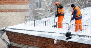 Роструд обратил внимание работодателей на необходимость соблюдения мер безопасности при очистке крыш от снега