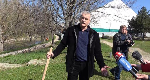 Глава Крыма высадил деревья на набережной Салгира