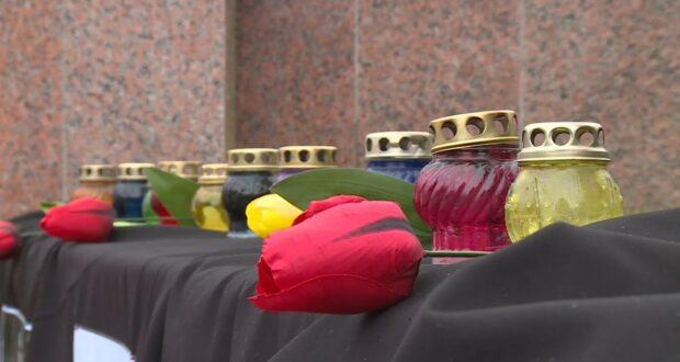 Жители Керчи несут игрушки и цветы к импровизированному мемориалу