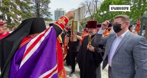 Благодатный огонь в Крыму встретили митрополит Лазарь и Аксёнов