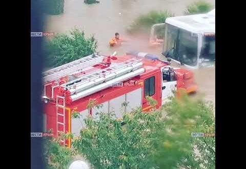 В Керчи машины ушли под воду по самую крышу