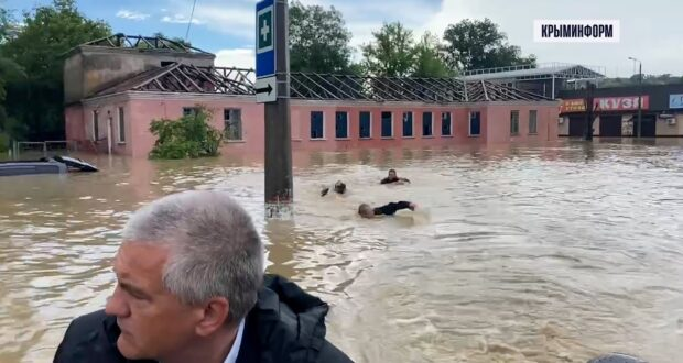 Последствия ливня устраняют в Керчи, часть города ушла под воду