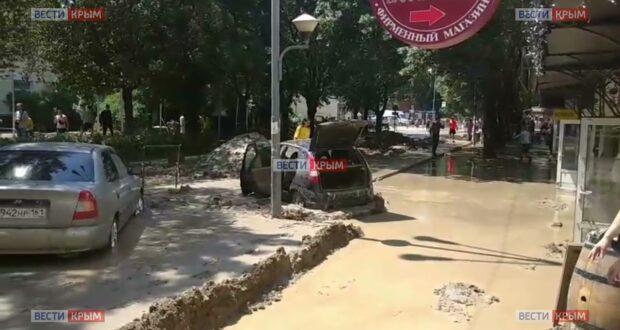 В Ялте заблокированы в грязи десятки автомобилей