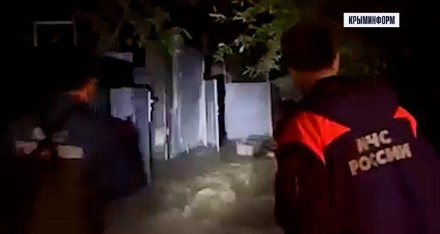 Спасатели и волонтеры ночью развозят воду жителям затопленной Ялты