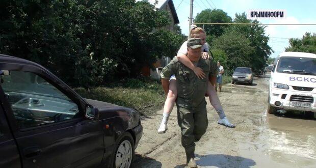 Военные помогают вытаскивать машины и разбирать завалы в Крыму