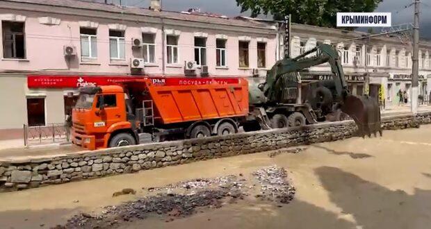 Русла рек начали расчищать в центре Ялты
