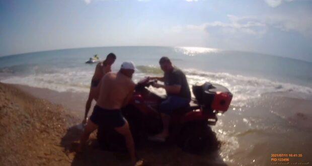 На пляже в Орловке гонщик на квадроцикле напугал отдыхающих