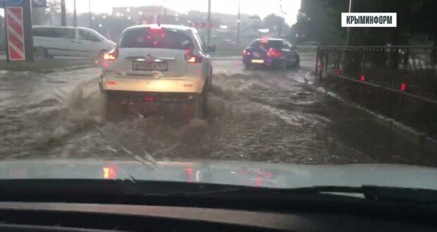 Сильный ливень накрыл Симферополь, улицы в разных районах ушли под воду