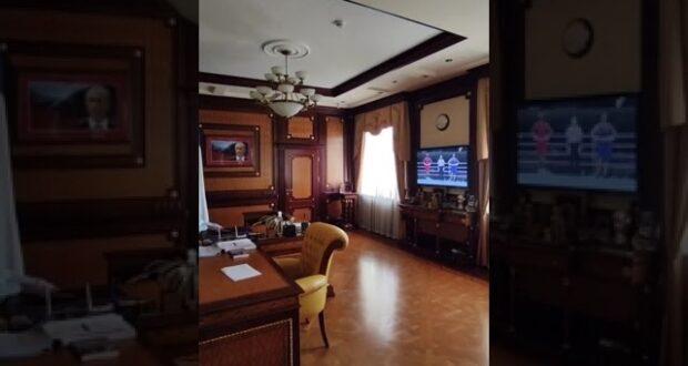 Глава Крыма Сергей Аксёнов смотрит в своём кабинете олимпийский бой Глеба Бакши