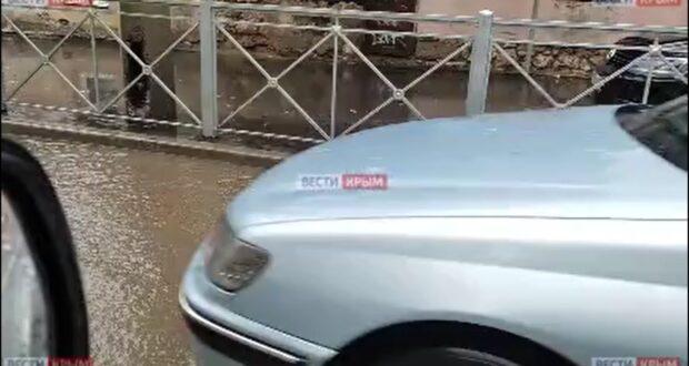 По улицам Симферополя текут «реки»