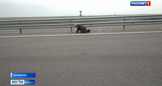 Крымчане ползком перебираются через трассу «Таврида»