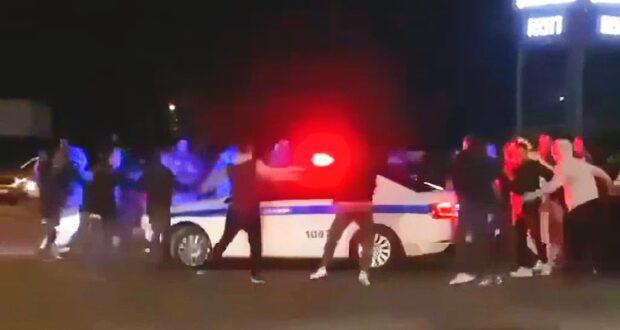 Подростки устроили хоровод вокруг полицейской машины
